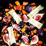 Herbstliche Kürbis-Süßkartoffel-Pfanne mit Brie, Feigen und Trauben