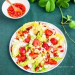 Romanasalat mit Schafskäse und Erdbeeren
