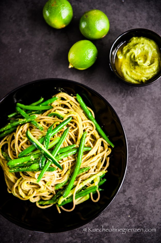 Vollkornspaghetti mit Avocado-Pesto